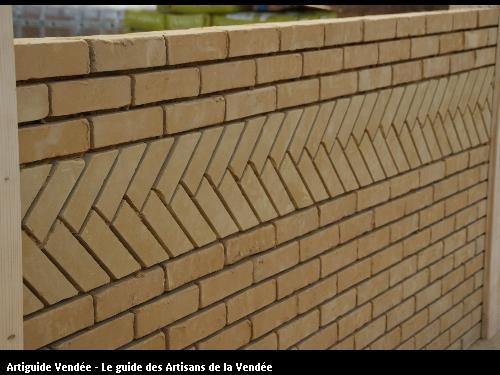 montage d'un mur en brique de terre cru
